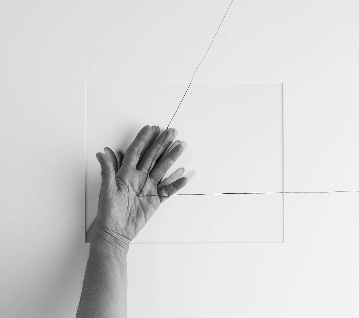 Obra ampliada: Cuarenta años IV (mano sobre triángulo, en mano izquierda, 1973)  - Liliana Porter